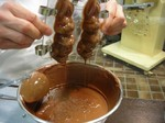ホローチョコレート作り:チョコレートの流し出し